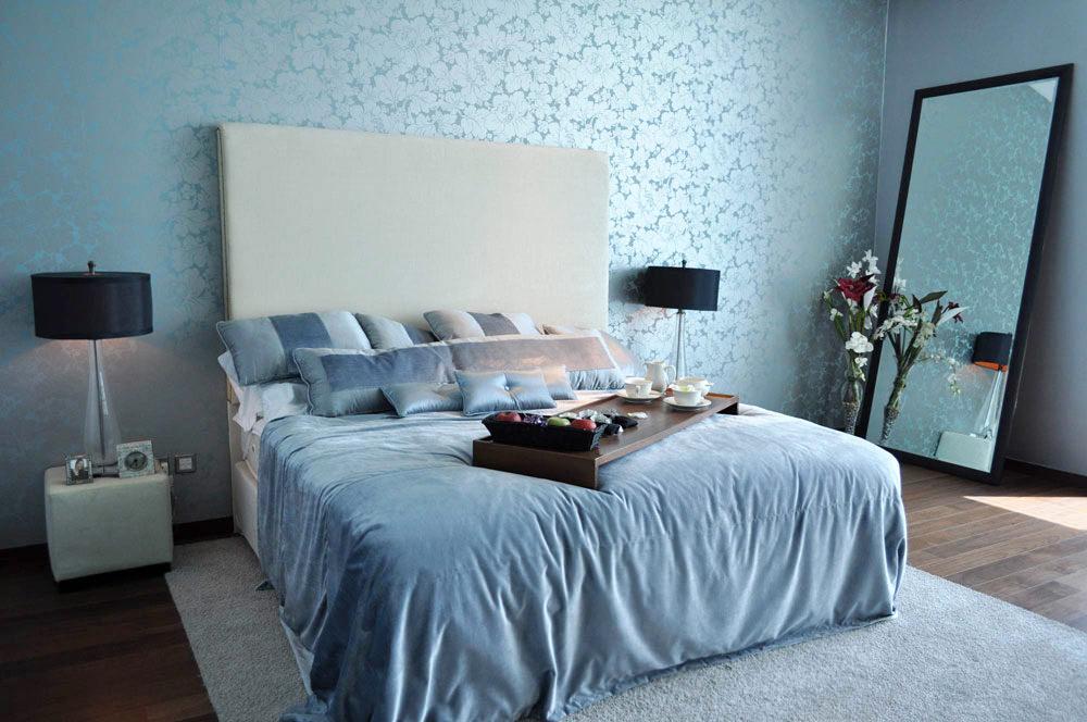 Напольное зеркало в спальне с голубыми обоями