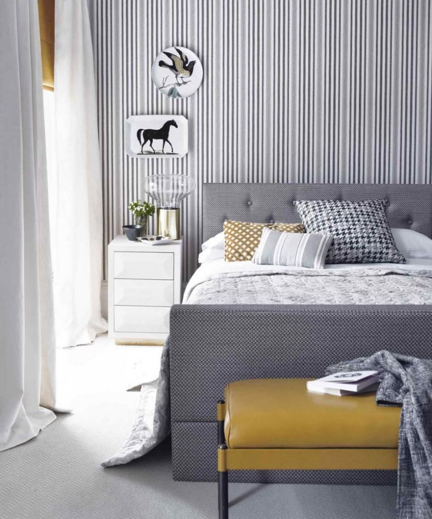 Мелкие полоски на обоях в спальня стиля модерн