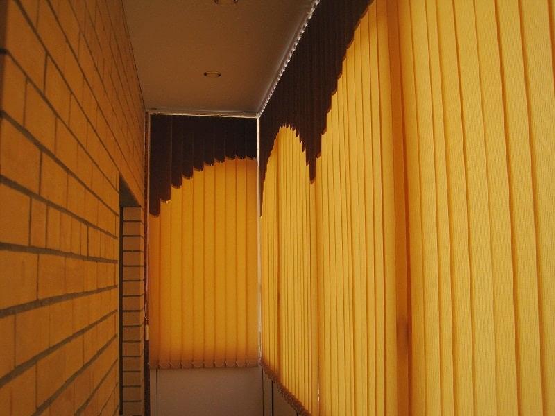Узкий балкон с мультифактурными жалюзи