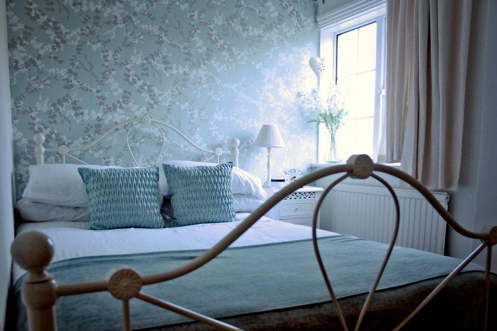 Модные обои на стене спальной комнаты