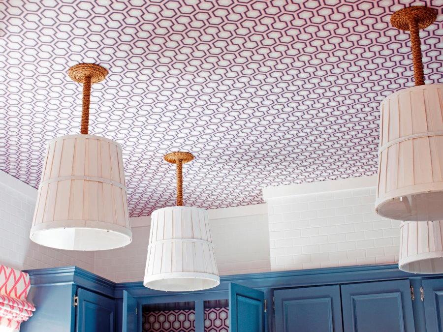 Оклейка обоями потолка кухни