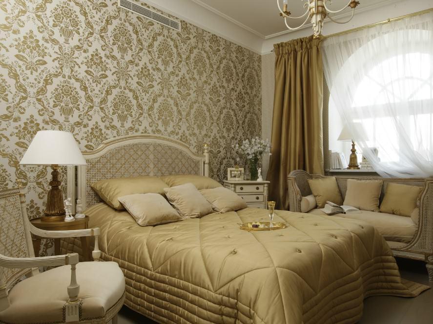 Красивая спальня с дорогими обоями