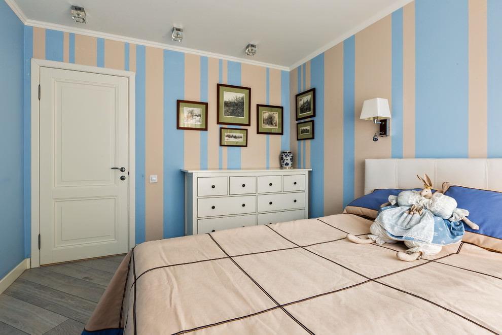 Выбор обоев для спальни с низким потолком