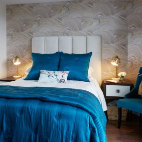Синий текстиль в интерьере спальни