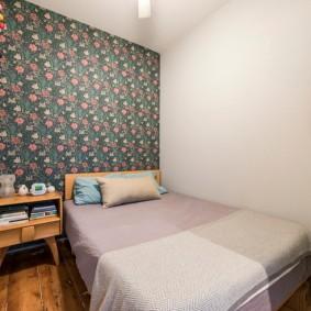 Небольшая спальня с обоями серого цвета
