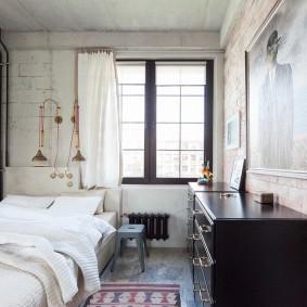 Черный комод вдоль стены в спальне