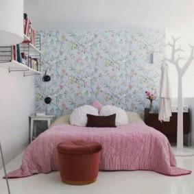 Розовое одеяло на кровати в спальне