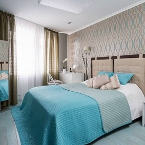 Голубое порывало на широкой кровати