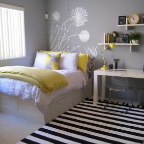 Полосатый коврик перед кроватью в спальне