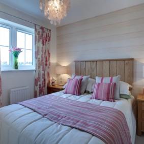 Розовый принт на занавесках в спальне