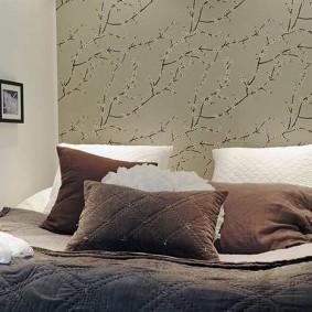 Широкая кровать в очень узкой спальне