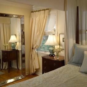 Напольное зеркало в крохотной спальне