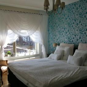 Светлые шторы на окне в спальне