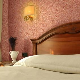 Отделка стены в спальне жидкими обоями