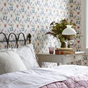 Белые подушки на кровати с кованными элементами