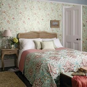 Цветоные рисунки на одеяле в спальне