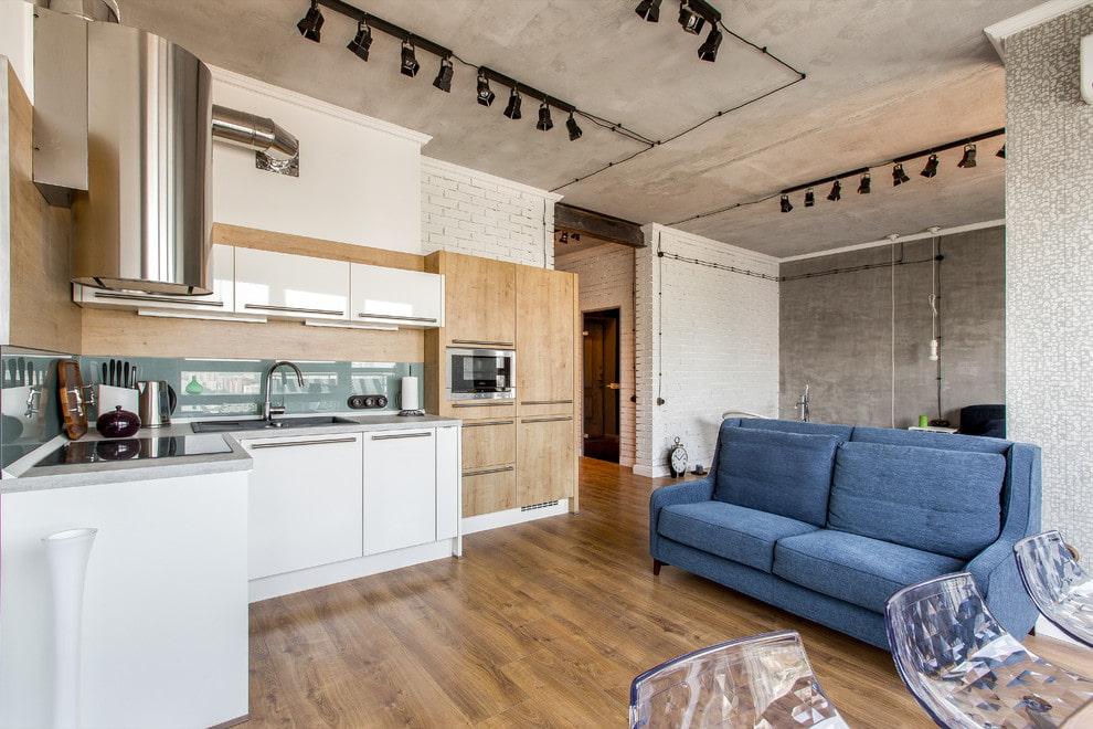Направленные светильники на потолке квартиры-студии