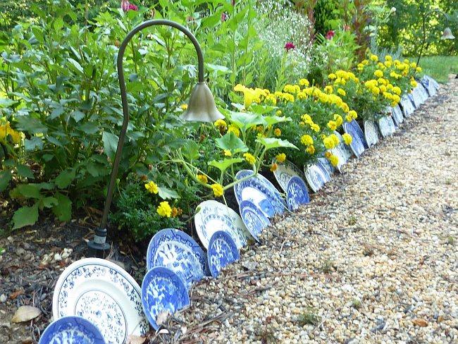Ограждение цветочной клумбы из фарфоровых тарелок