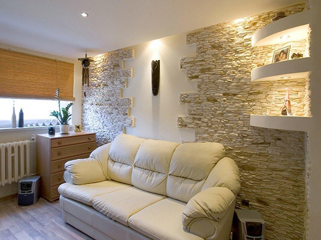 Декоративный камень в интерьере гостиной комнаты