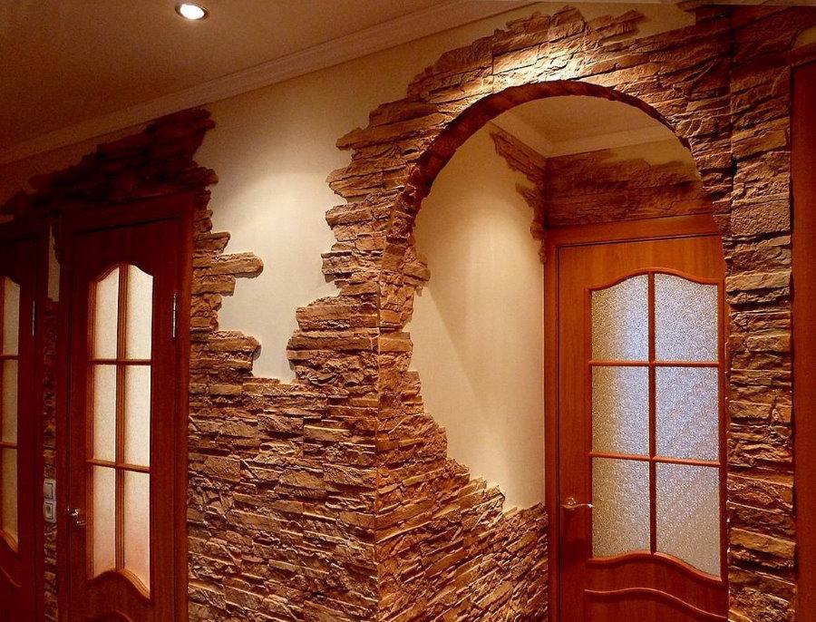 Облицовка стен прихожей природным камнем