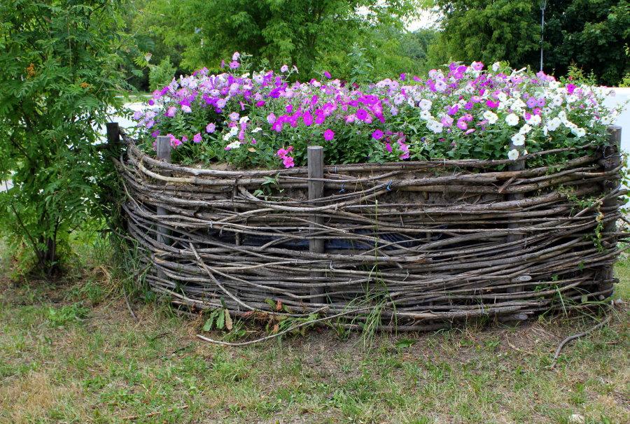 Ивовый плетень вокруг цветочной клумбы