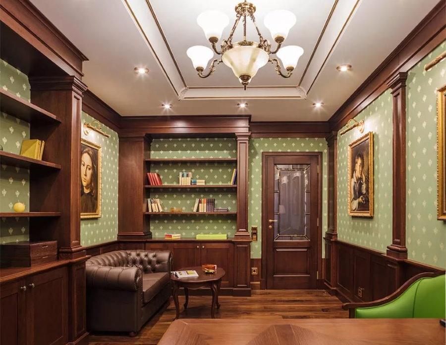 Двухуровневый потолок в кабинете с зелеными обоями