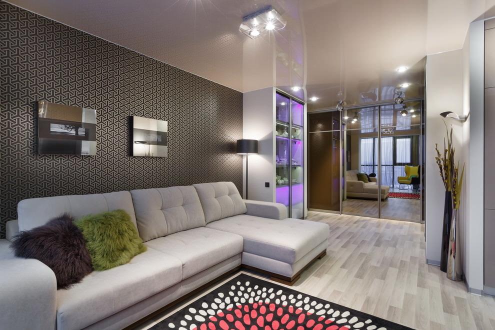 Угловой диван в гостиной с ламинатом
