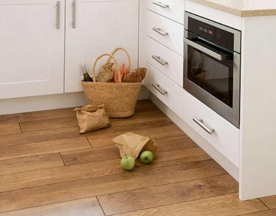 Корзина с продуктами на полу в кухне