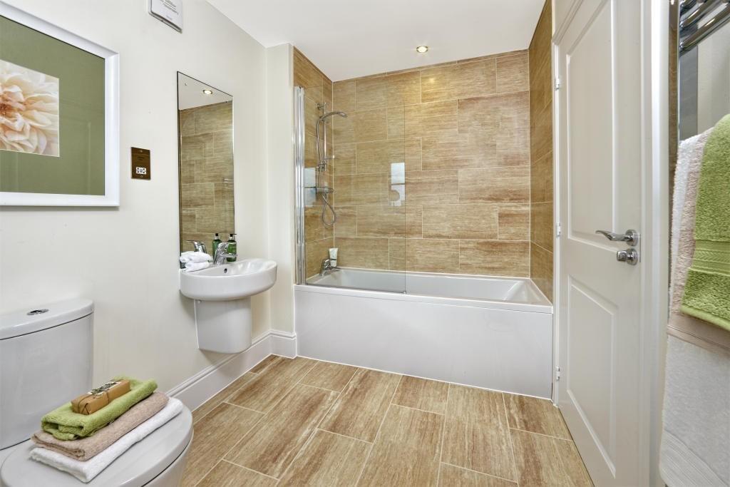 Керамическая плитка под дерево на полу в ванной