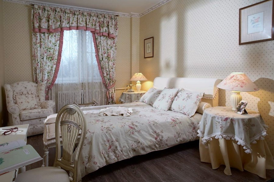 Спальная комната с ламбрекеном на окне