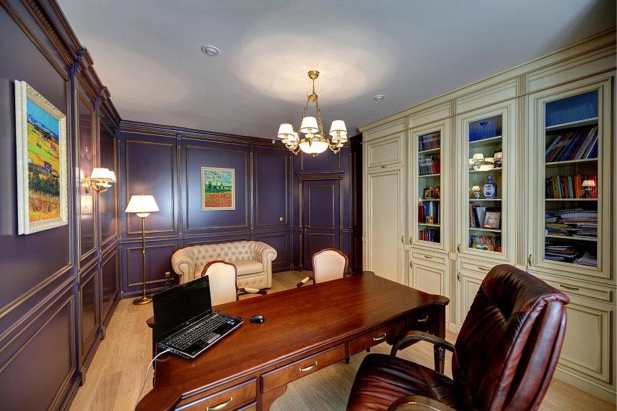 Письменный стол из массива дерева в домашнем кабинете