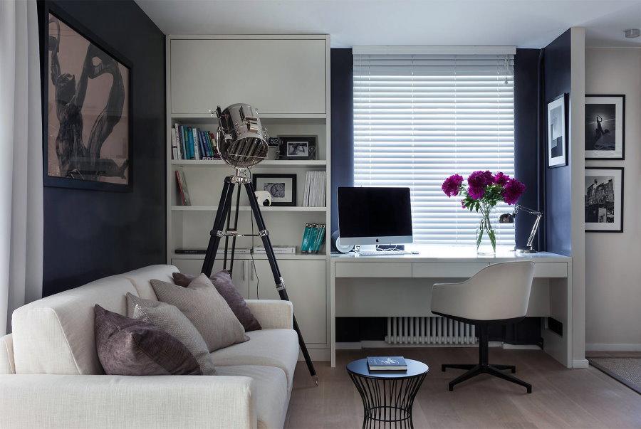 Рабочий стол возле окна в квартире-студии