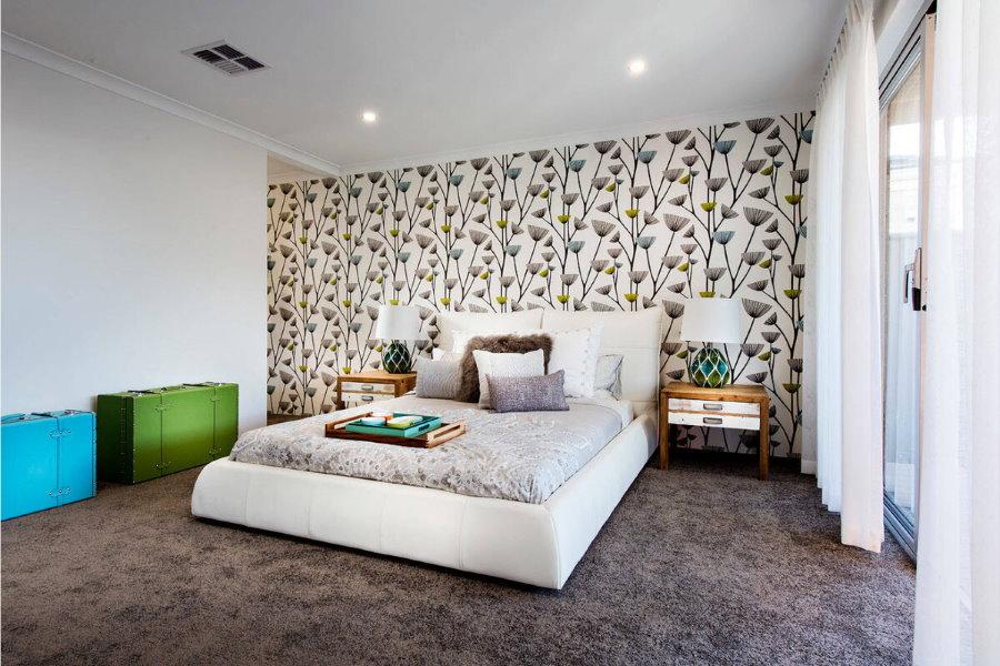 Просторная спальня с обоями на акцентной стене