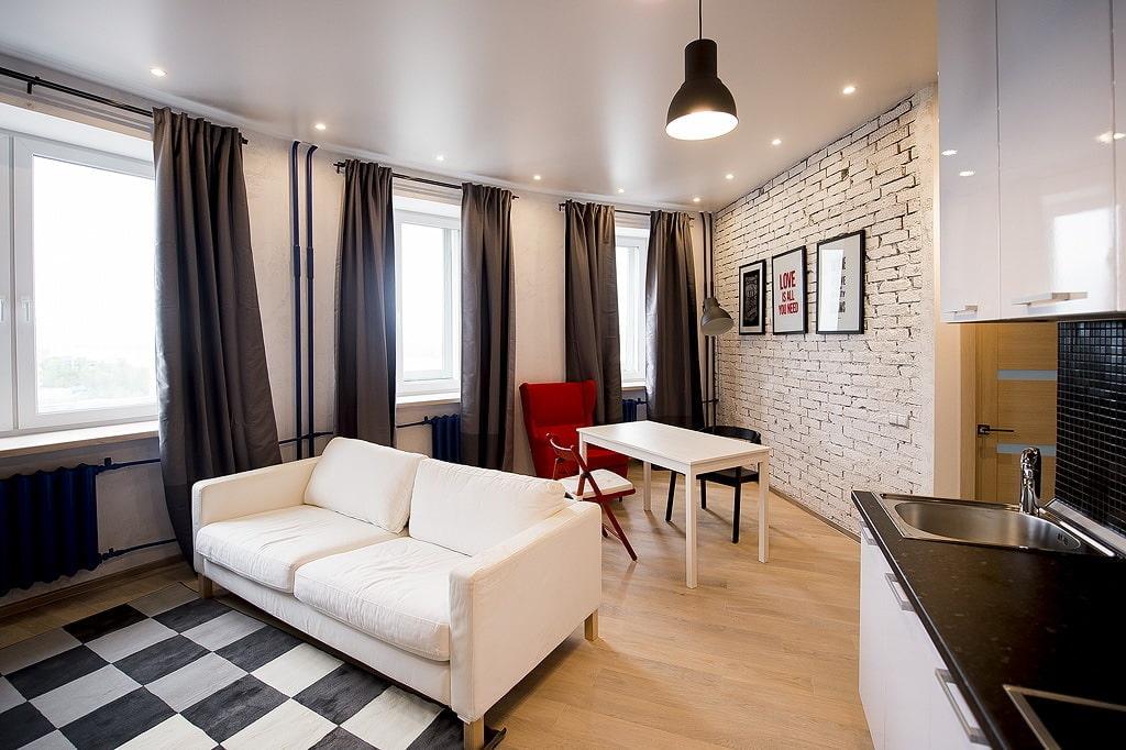 Гостиная комната с натяжным сатиновым потолком