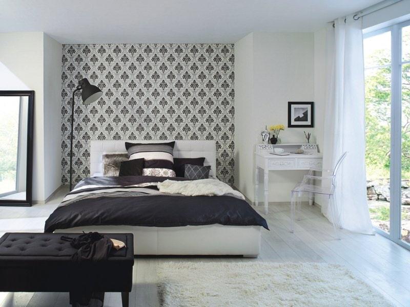 Оклейка серыми обоями ниши в спальне
