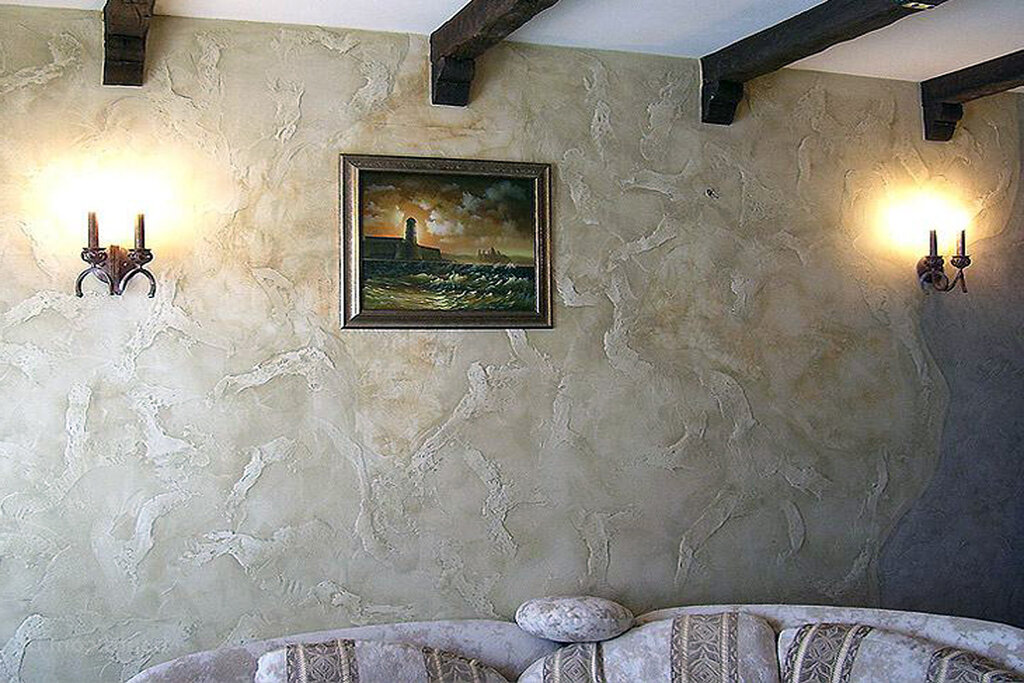 Отделка декоративной штукатуркой стены над диваном