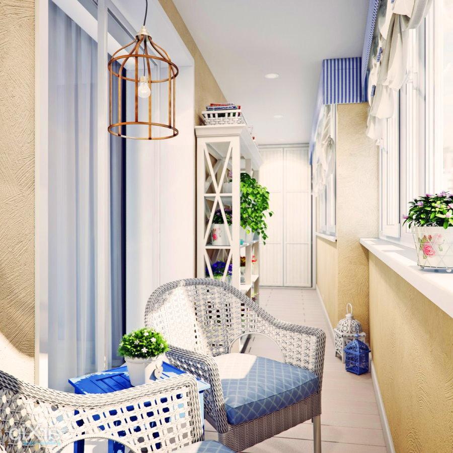 Плетенное кресло на лоджии в средиземноморском стиле