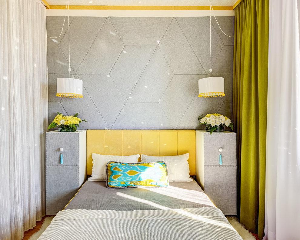 Узкая спальня с геометрическим принтом на обоях