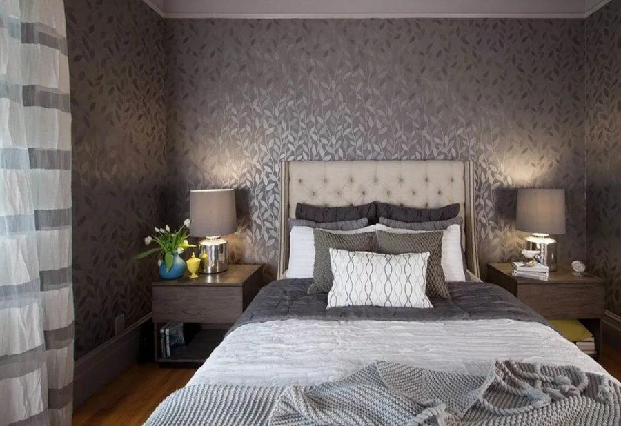 Темные флизелиновые обои в маленькой спальне