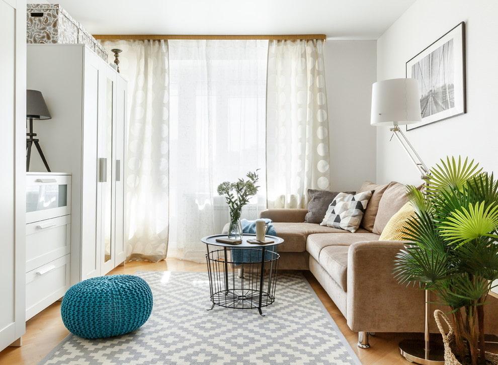 Светлый шкаф напротив углового дивана