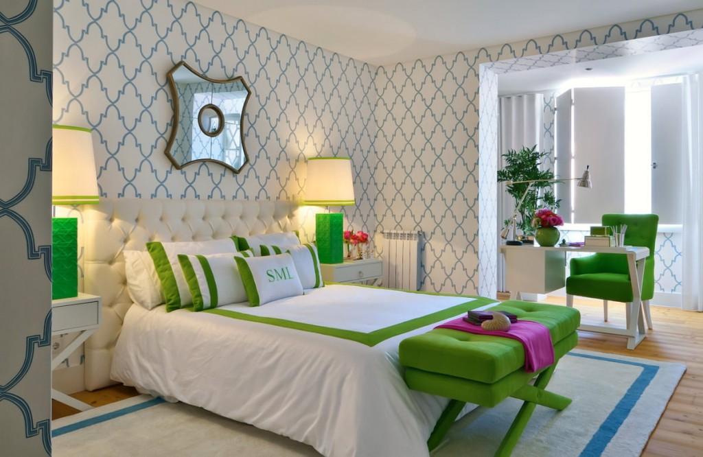 Зеленые акценты в спальне со светлыми обоями