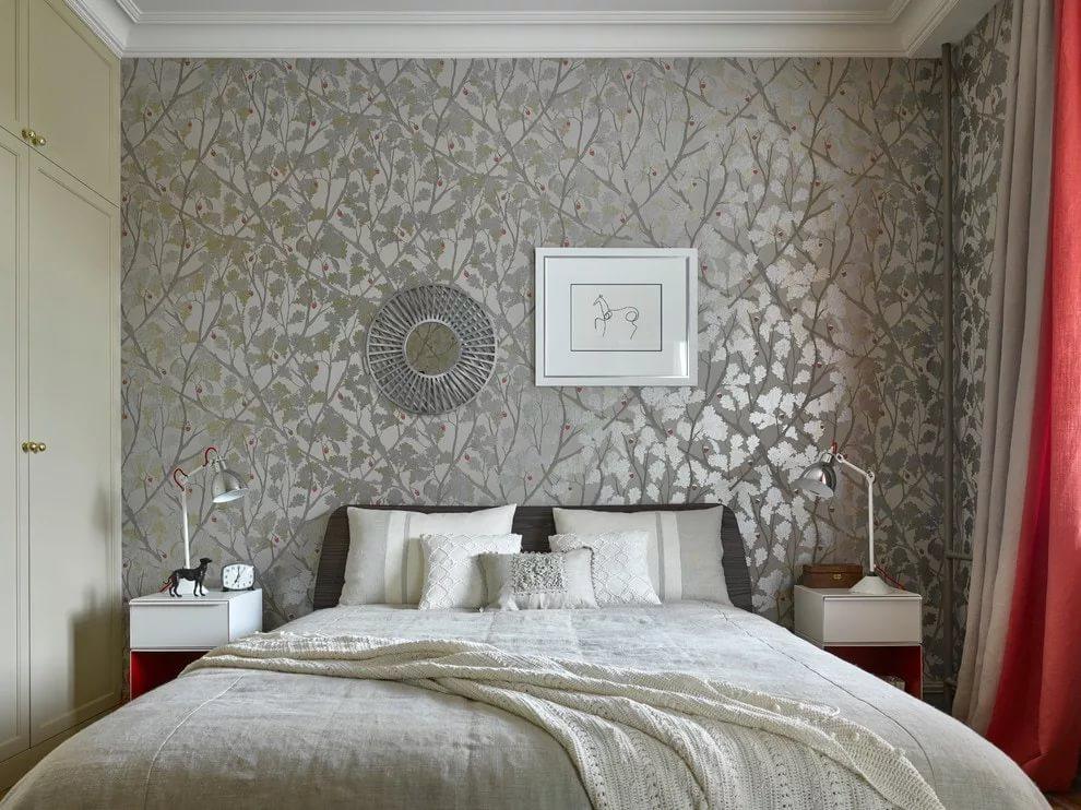 Серые обои с фактурной поверхностью в спальной комнате