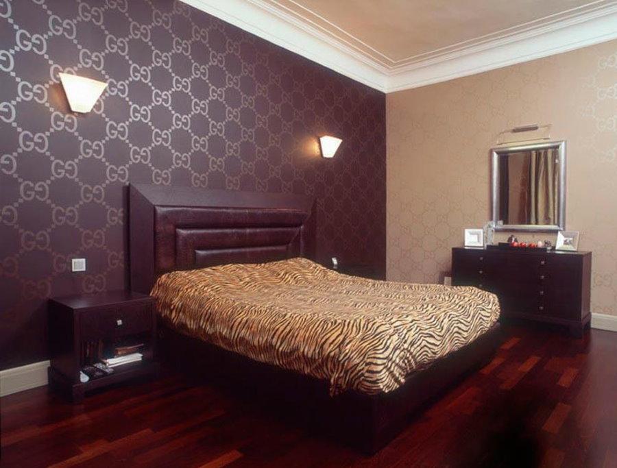 Комбинация темных и светлых обоев в одной спальне