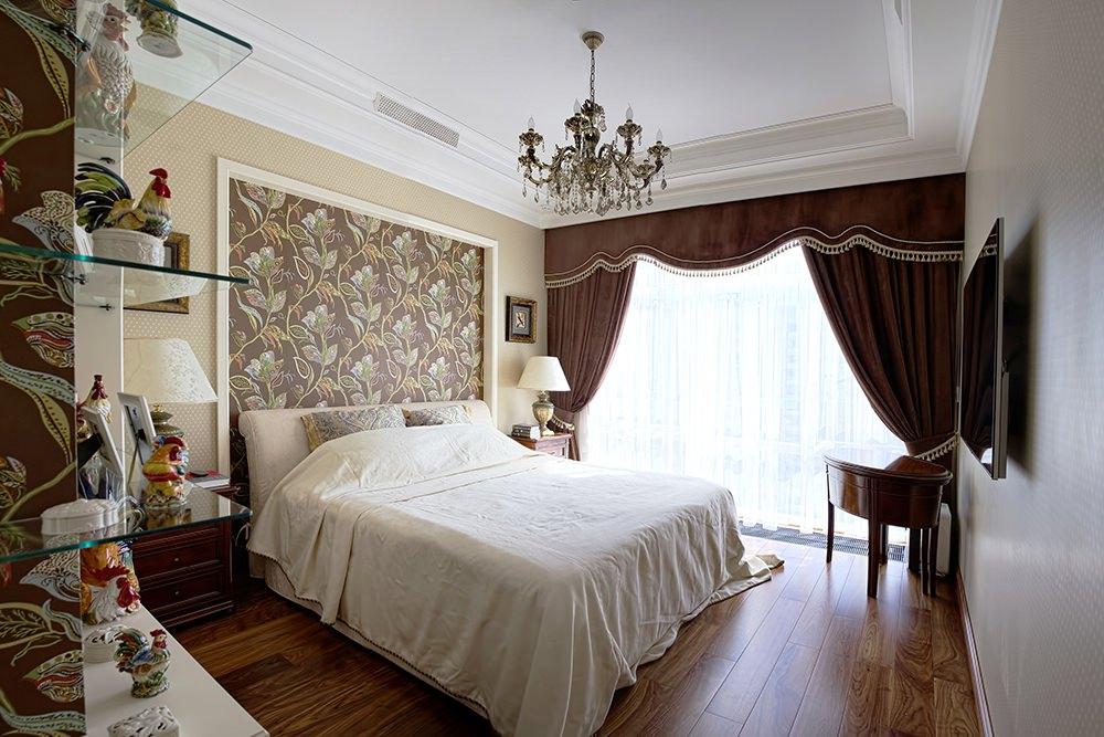 Коричневые шторы в спальне с разными обоями