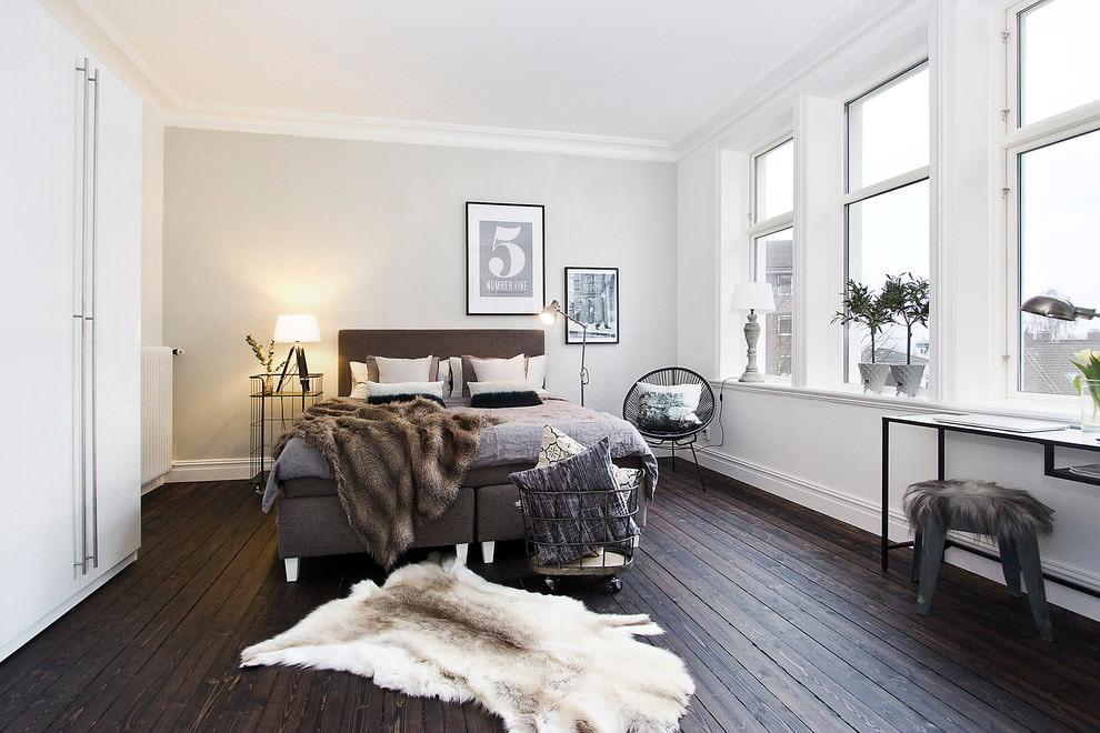 Спальная комната с напольным покрытием из дерева