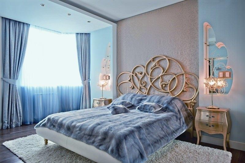 Красивое изголовье кровати с позолотой