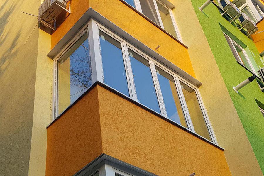 Фото углового балкона снаружи на многоэтажном доме
