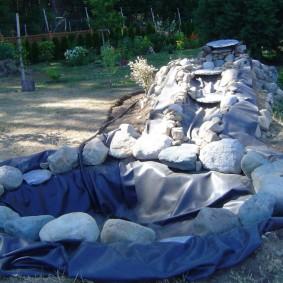 Укладка камней на русло водопада