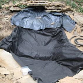 Укладка ПВХ-пленки под искусственный водопад