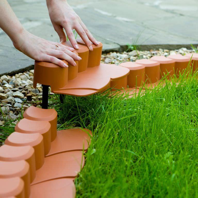 Установка пластикового бордюра на газоне